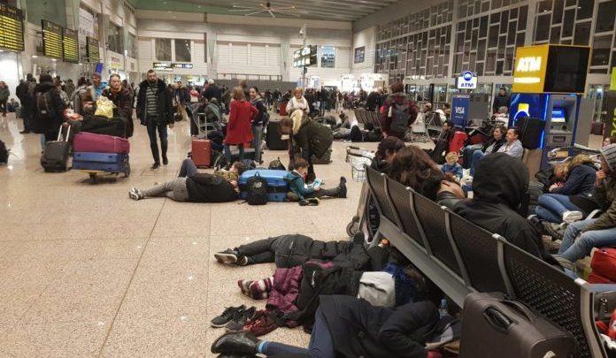 """Photo of Miles de ciudadanos pasan la noche en el aeropuerto de Barcelona por el """"secuestro"""" de los radicales separatistas"""