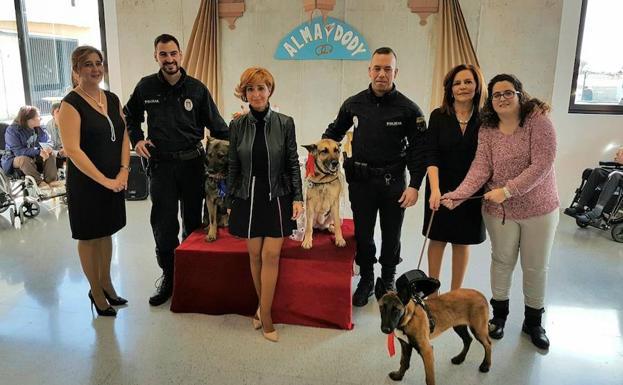 Photo of Una concejal de Lorca «casa» a 2 perros policías, para cumplir el sueño de una niña con síndrome de Down