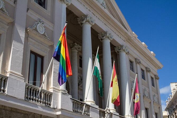 Photo of Un juzgado ordena retirar la bandera LGTBI de la fachada del Ayuntamiento de Cádiz
